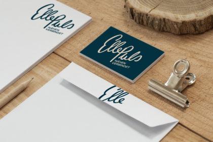 Anwendung des Logos auf unterschiedlichen Medien (Visitenkarte, Briefpapier)
