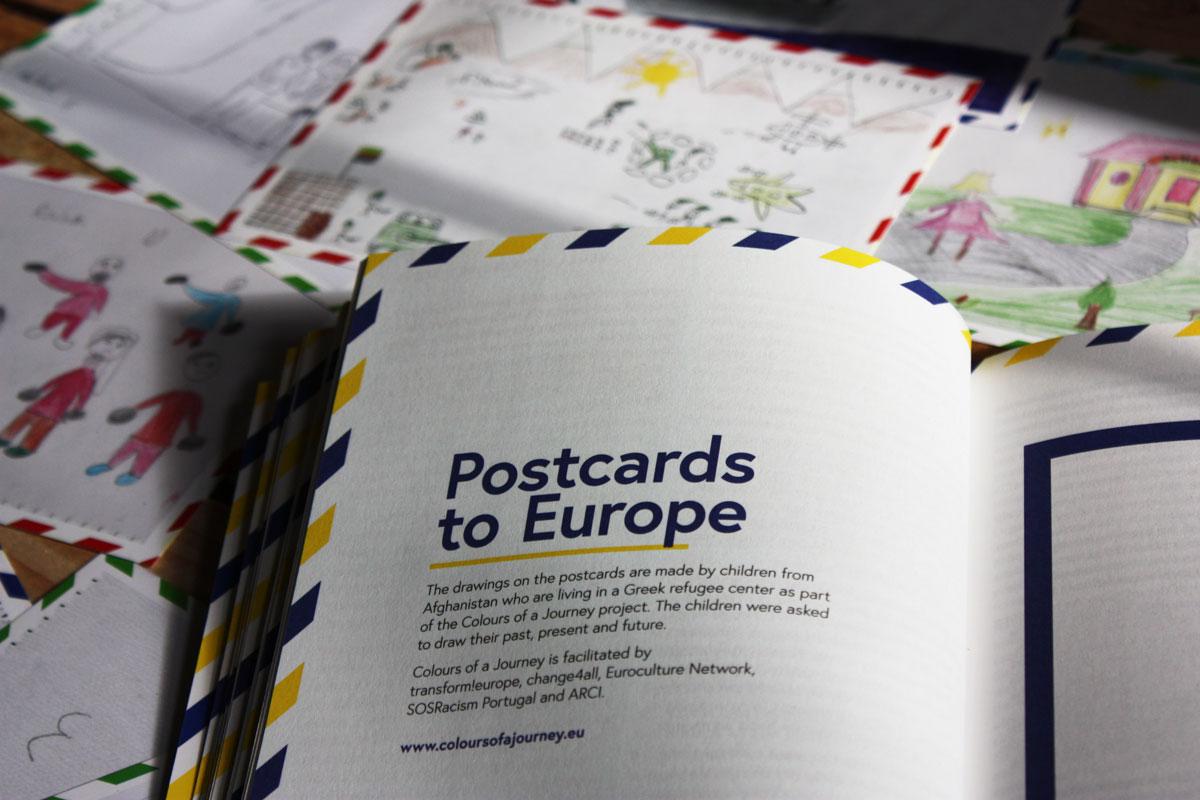 Die Postkarten sind farblich sortiert: Rot zeigt die Gründe der Flucht oder eben die Heimat, Blau der Weg der Flucht und Grün die Wünsche für die Zukunft