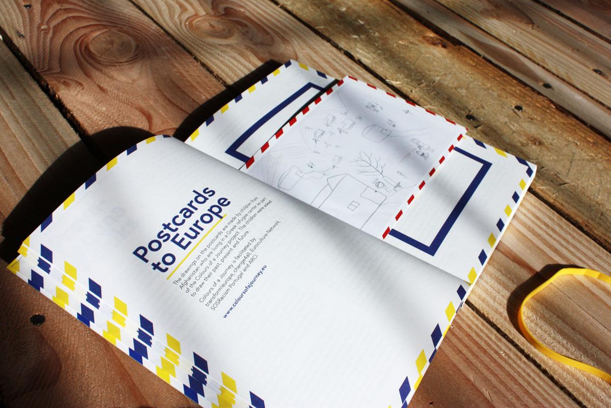 """In den Büchern befinden sich die """"Postcards to Europe"""""""